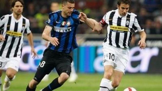 Pemain Inter Thiago Motta (biru) dan pemain Juve Alessandro del Piero