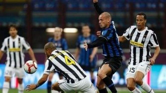 Pemain Inter Milan Wesley Sneijder (biru) dikelilingi pemain Juventus