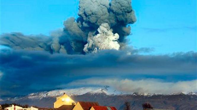 Kepulan asap abu dari letusan gunung di Eyjafjallajokull, Islandia