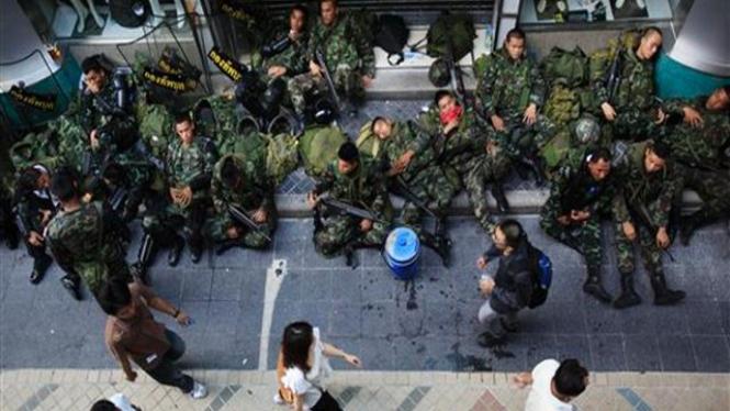 Tentara Thailand berjaga di suatu kawasan bisnis di Bangkok
