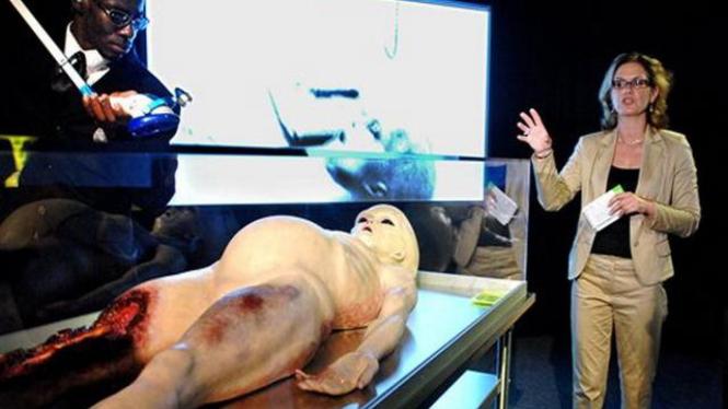 Maket yang menunjukkan rupa sebuah alien di Museum of Science, AS