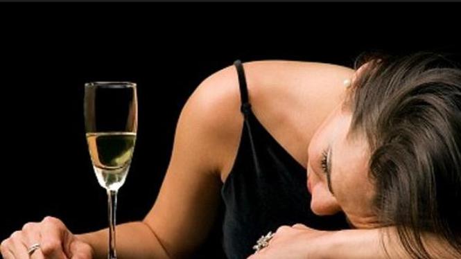 Wanita mabuk akibat terlalu banyak minum alkohol
