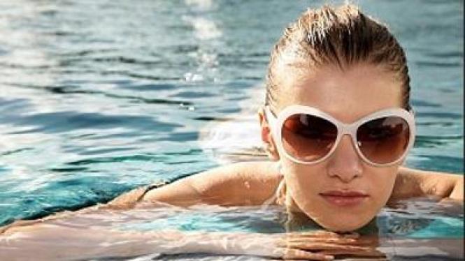 Wanita berenang.