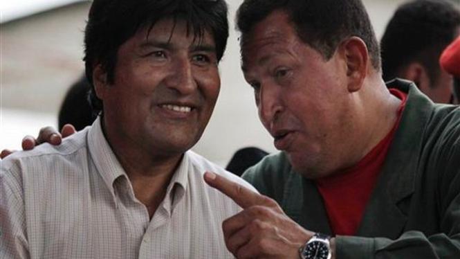 Hugo Chavez (kanan) berbincang dengan Evo Morales