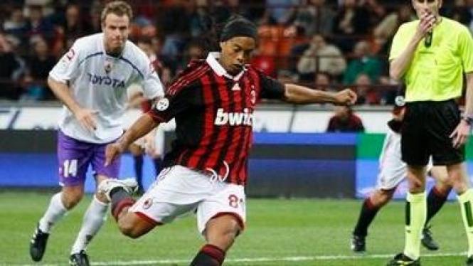 Ronaldinho (depan) mencetak gol ke jala Fiorentina