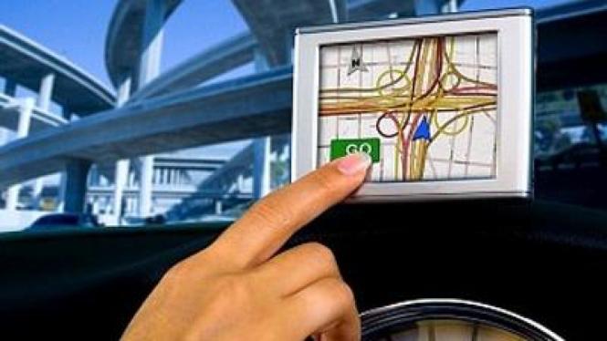 Wanita Membaca GPS