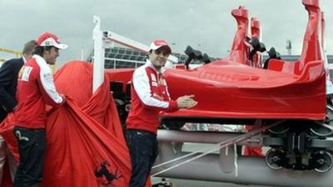 Pembalap Ferrari Fernando Alonso (kiri) dan Felipe Massa