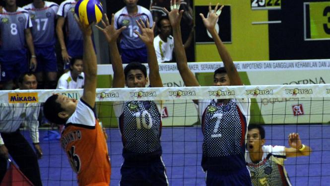 Para pemain Surabaya Samator melakukan blok