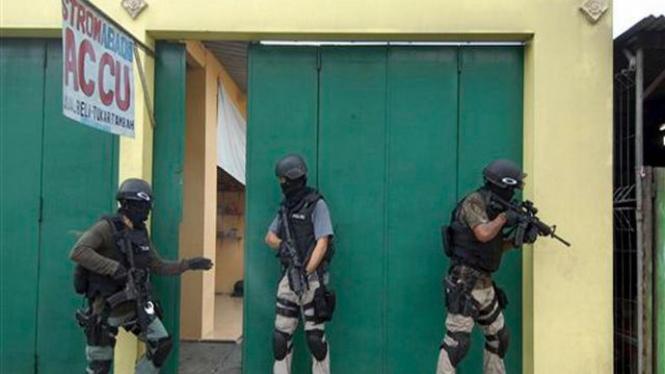 Tim anti teror Densus 88 melakukan operasi di Sukoharjo, Jawa Tengah