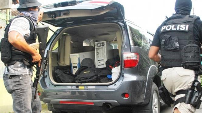 Detasemen Khusus 88 (Densus) antiteror Polri saat mengamankan sejumlah barang bukti milik terduga teroris di Solo beberapa waktu lalu.