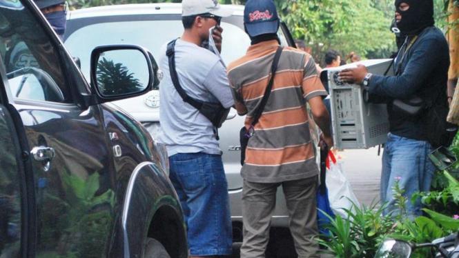 Densus 88 Polri menyita barang bukti tersangka teroris di Solo.