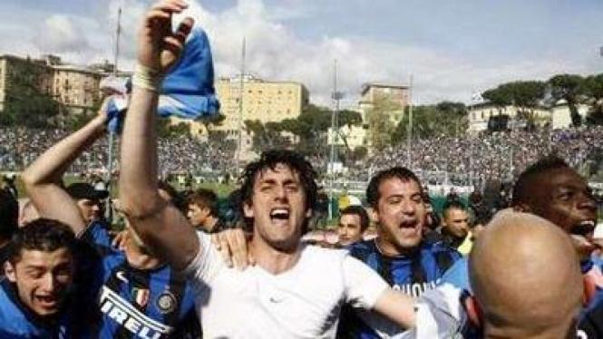 Diego Milito (putih) merayakan Scudetto bersama rekan-rekannya di Inter Milan