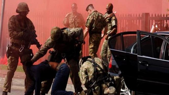 Polisi khusus Afrika Selatan melakukan latihan anti terorisme jelang Piala Dunia