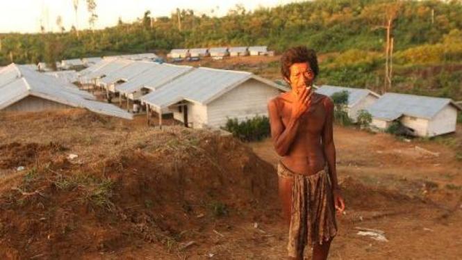 Warga suku Anak Dalam, Jambi, di depan rumah untuk mereka