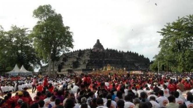 Ribuan umat Budha rayakan Tri Suci Waisak 2554 BE/2010 di candi Borobudur