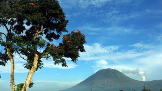 Kawah Gunung Lokon, Tomohon, Sulawesi Utara, semburkan asap putih