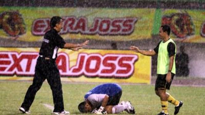 Kiper Semen Padang, Ahmad Kurniawan, bersujud usai kemenangan timnya