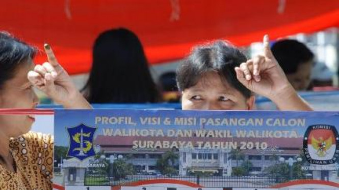 Pemilih usai mencoblos di Pemilihan Walikota Surabaya 2010