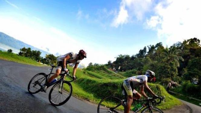 Peserta Tour de Singkarak melewati Kelok 44 antara Maninjau-Bukittinggi