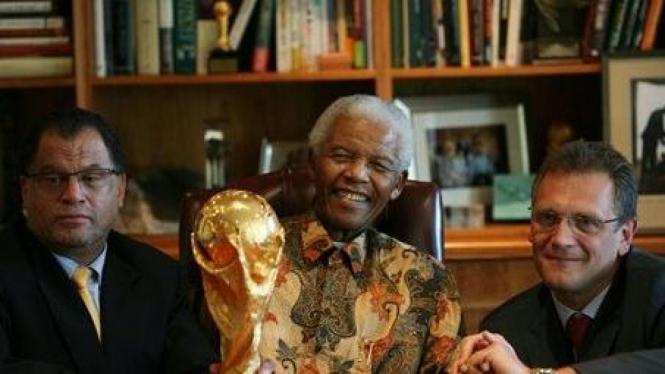Nelson Mandela dan Sekjen FIFA Jerome Valcke (kanan)
