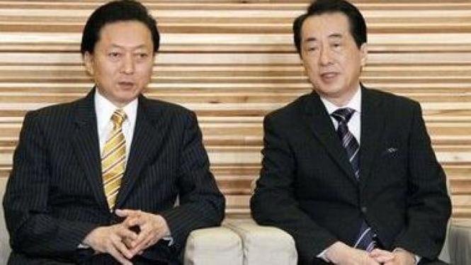 PM baru Jepang, Naoto Kan (kanan) bersama mantan PM Yukio Hatoyama
