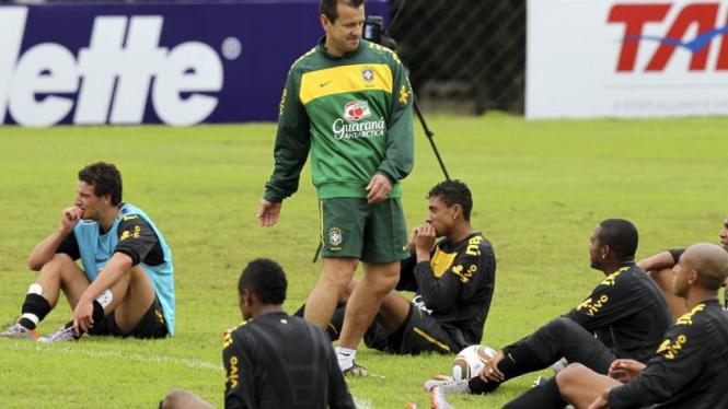 Pelatih Brasil Dunga saat melatih timnya