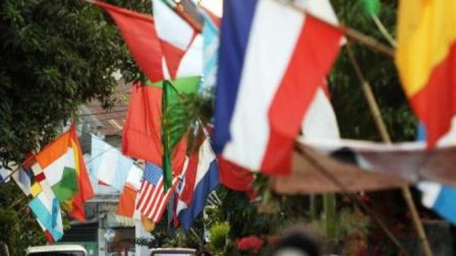 bendera peserta piala dunia 2010 di kampung Titang Makassar