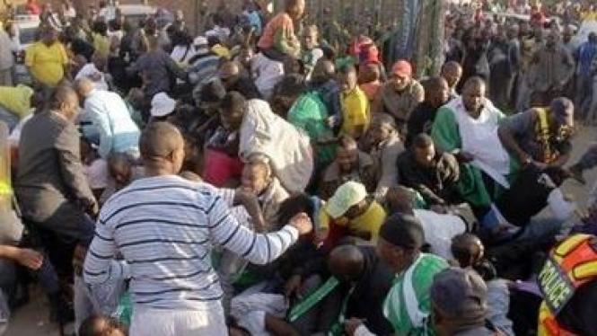 Penonton saling injak di Makhulong Stadium, Johannesburg