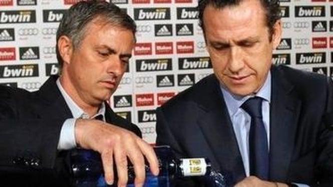 Jose Mourinho (kiri) dengan Direktur Olahraga Madrid Jorge Valdano
