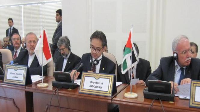 Menlu Marty Natalegawa (tengah) dalam pertemuan OKI di Jeddah, Arab Saudi
