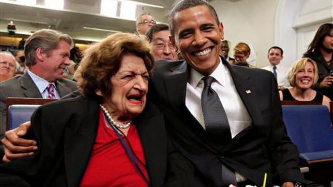 Helen Thomas saat berpose dengan Barack Obama Agustus 2009
