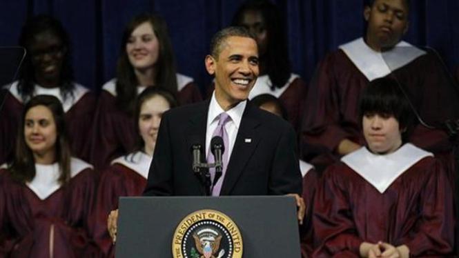 Seorang bocah (kanan atas) terlelap mendengar pidato Barack Obama di Michigan