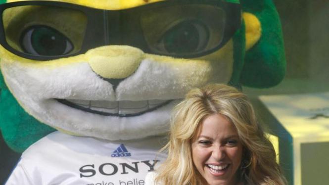 Shakira bersama Zakumi, maskot Piala Dunia 2010.