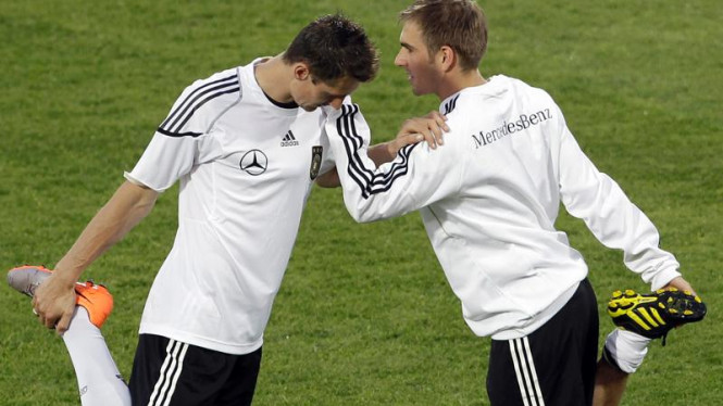 Miroslav Klose ( kiri ) dan Philipp Lahm