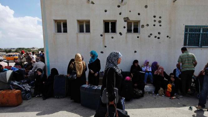 Warga Palestina menunggu di perbatasan Rafah untuk bisa menyeberang ke Mesir.