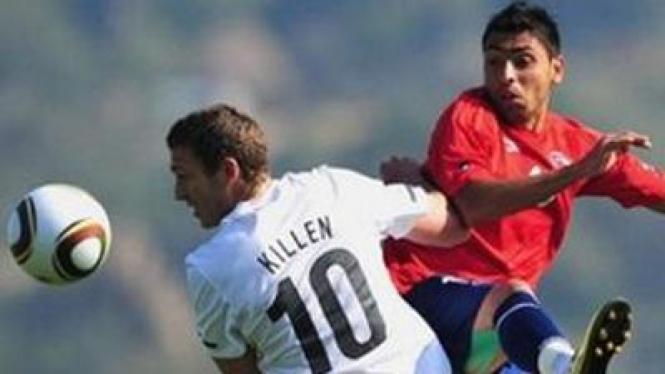 Gonzalo Fierro (Chile/kiri) berebut bola dengan Chris Killen (Selandia Baru)