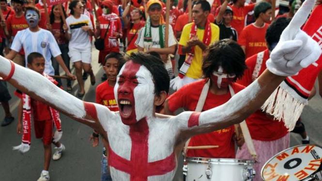 Warga Makassar menyambut Piala Dunia.