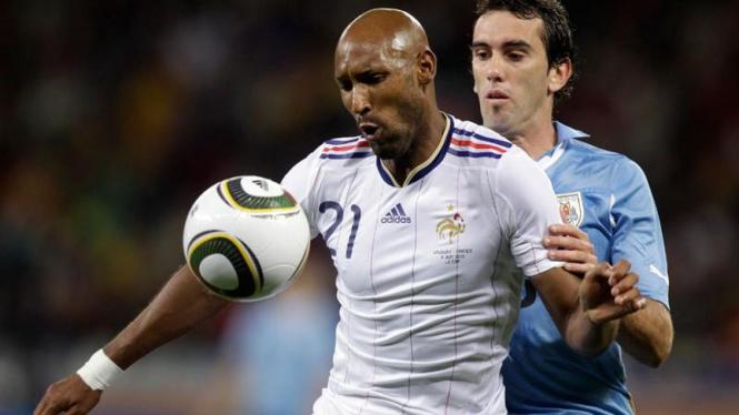 Perancis Bermain Seri Melawan Uruguay : Anelka (kiri)