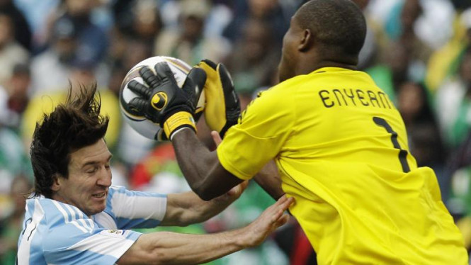 Vincent Enyeama (Nigeria/kanan) dan Lionel Messi (Argentina)