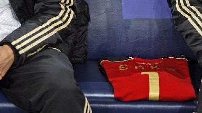 Jersey Robert Enke (merah) di bangku pemain Jerman