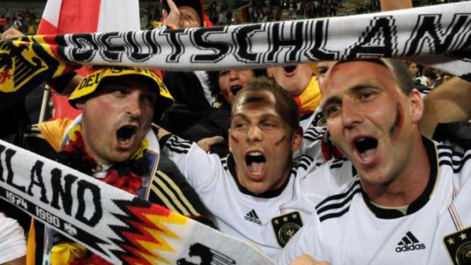 Suporter Jerman bersorak merayakan kemenangan atas Australia.