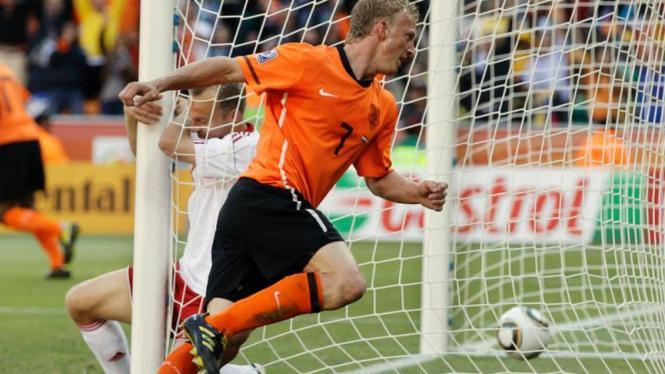 Dirk Kuyt mencetak gol.