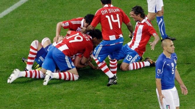 Tim Paraguay merayakan gol.