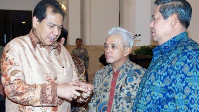 Chairul Tanjung berbincang dengan SBY didampingi Hatta Rajasa
