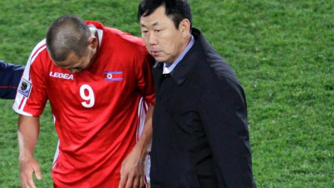 Pelatih Timnas Korea Utara, Kim Jong Hun (kanan).