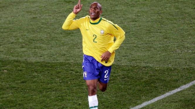 Pemain Brasil, Maicon merayakan golnya.