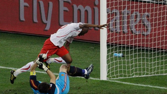 Pemain Swiss, Gelson Fernandes mencetak  golnya.