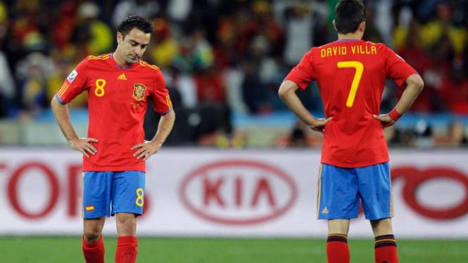 Pemain Spanyol, Xavi Hernandez (kiri) dan David Villa