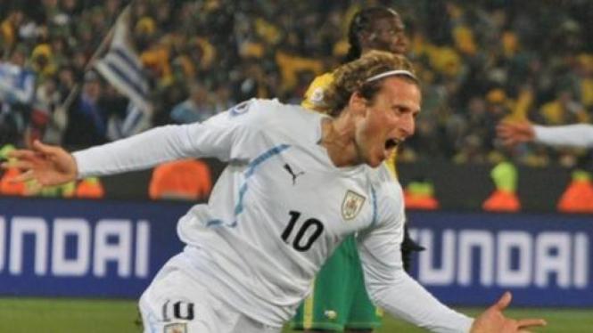 Diego Forlan usai cetak gol ke gawang Afrika Selatan