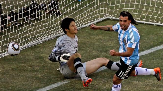 Pemain Argentina Carlos Tevez Rayakan Gol